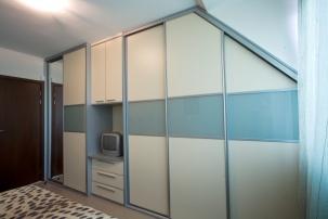 Вграден гардероб в скосено пространство