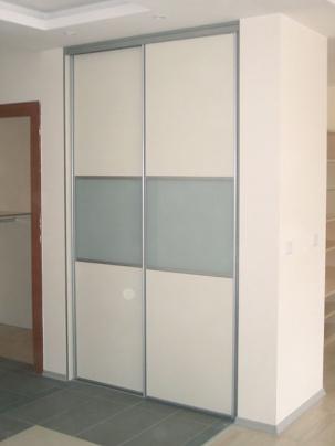 Вграден гардероб с плъзгащи се врати