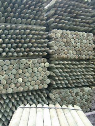 Струговани колове за лозя и овощни дървета