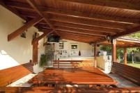 Изграждане на дървена покривна конструкция за барбекю