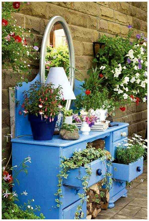 Стари мебели в градината