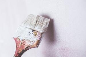 Напукана боя, петна и наслоявания по стените в интериора - какво да правим?
